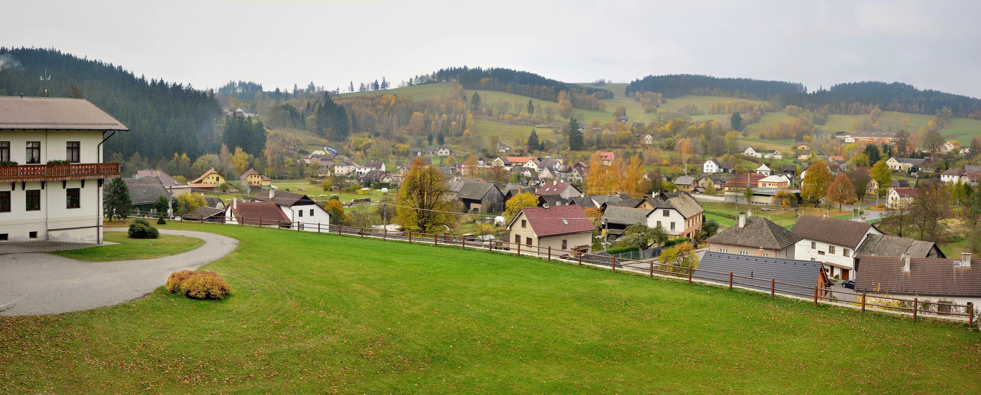Zajímavé lokality k navštívení - pohled z hradu na zámek a okolí