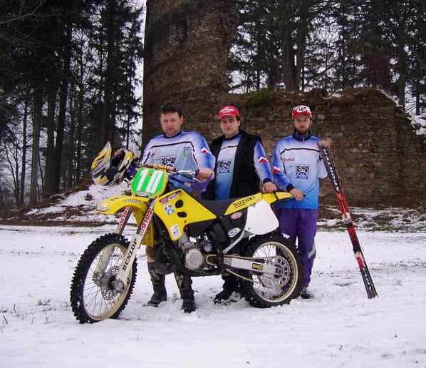 Motoskijöring v Dalečíně 2004 - závodníci u zříceniny hradu