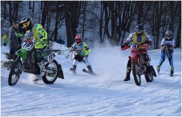 MČR Motoskijöring 2019 : vlevo na stroji KAWASAKI 250 Miloš Dvořák s lyžařem Markem Buřvalem, vpravo na motocyklu GAS GAS 300 Zdeněk Vetešník s Jaroslavem Procházkou.
